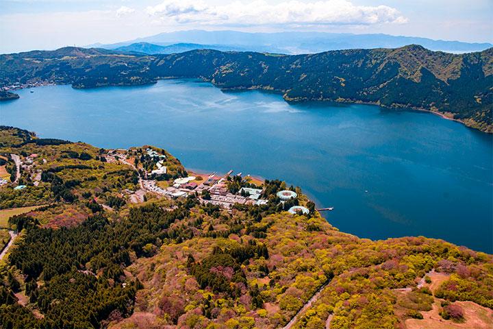 ヘリコプターから眺める芦ノ湖、プリンスホテル