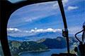 ヘリコプターの機内から望む富士山