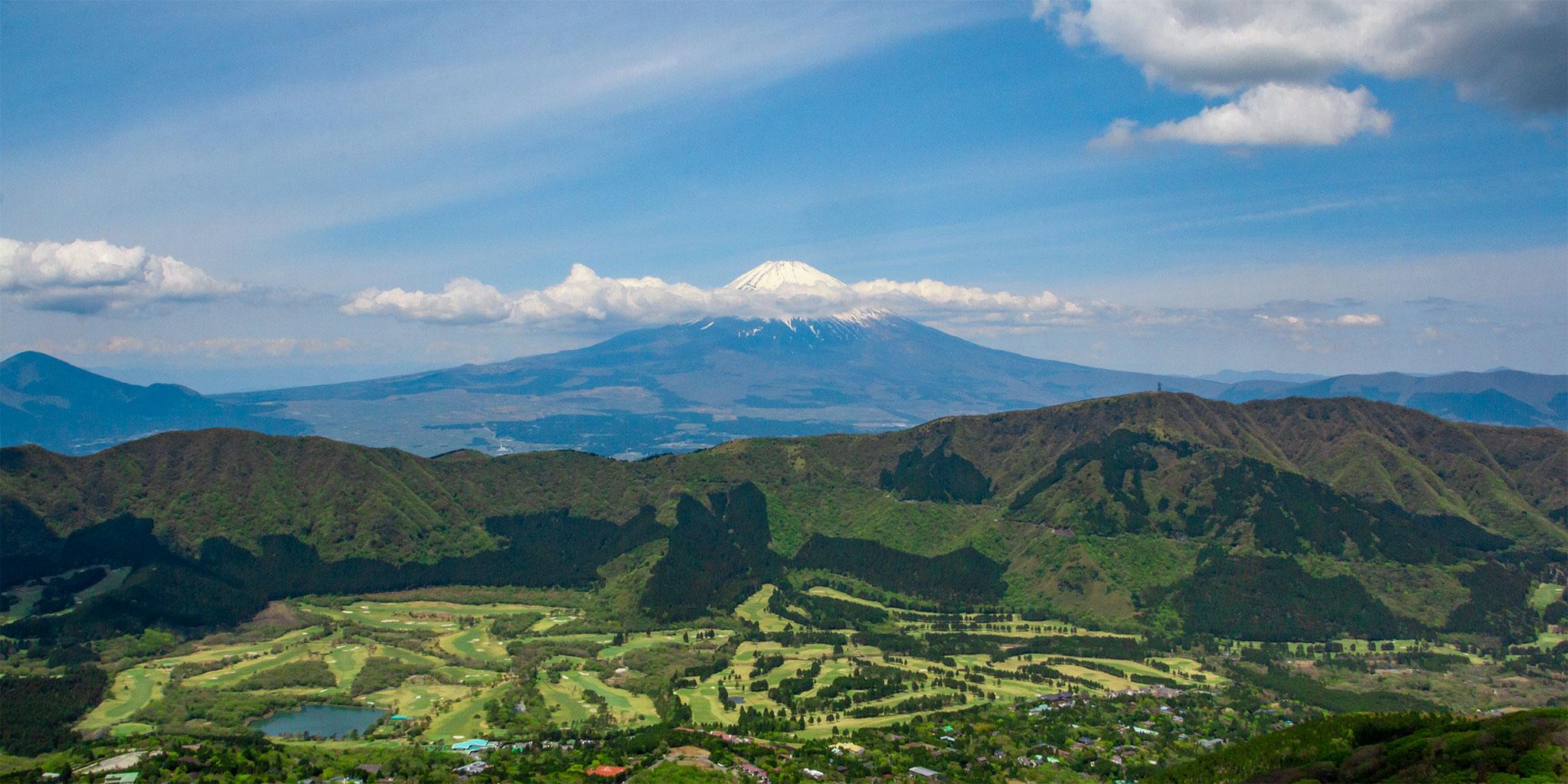 ヘリコプターから眺める富士山、芦ノ湖、海賊船、山のホテル
