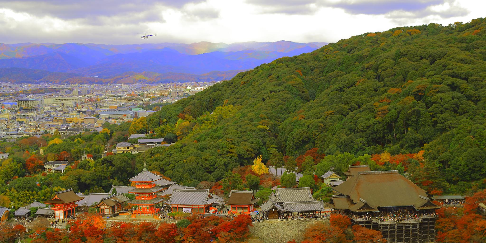 ヘリコプターで京都市内から見た機内から見た清水寺