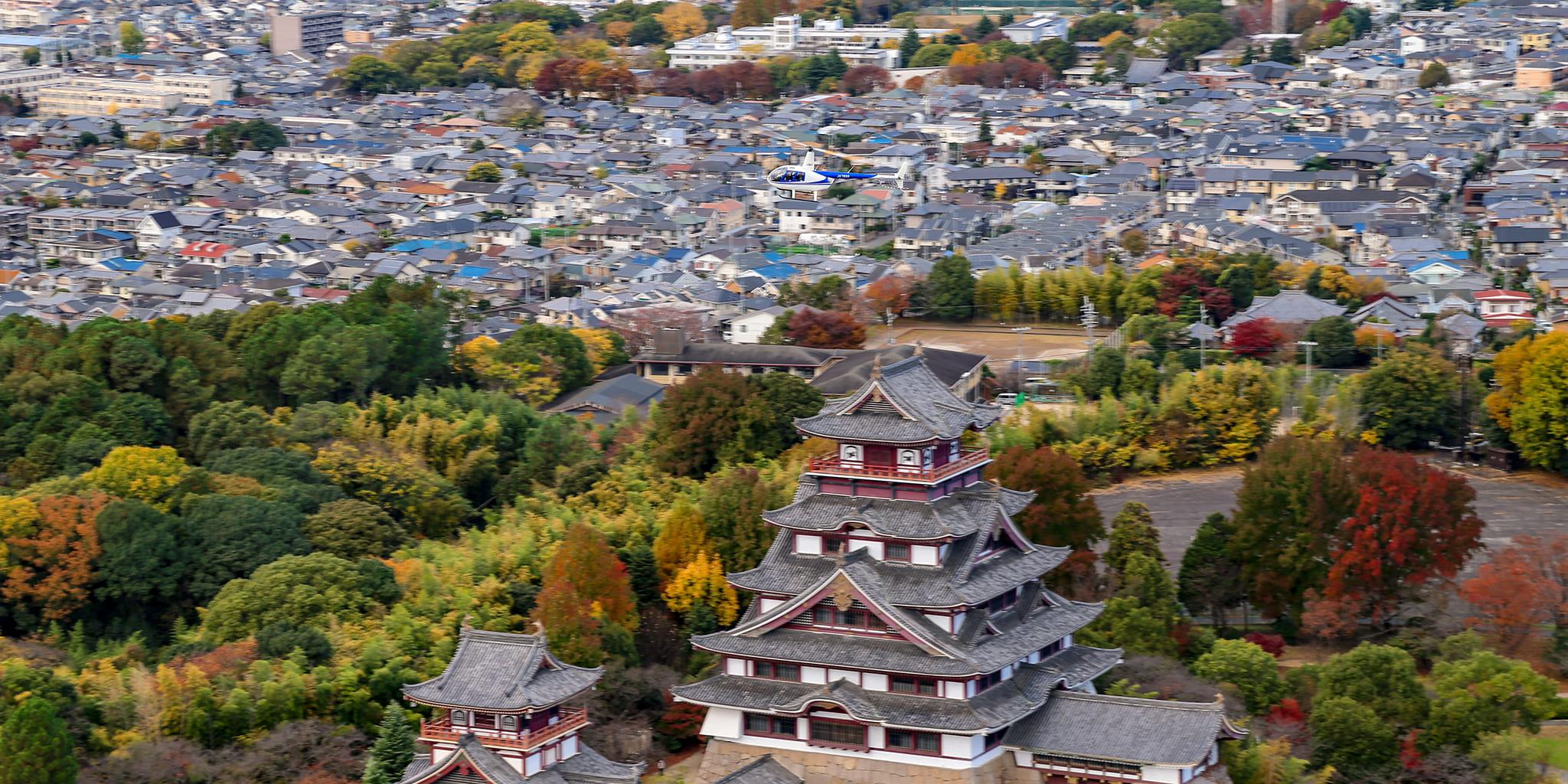 ヘリコプターで京都市内上空から見た伏見桃山城