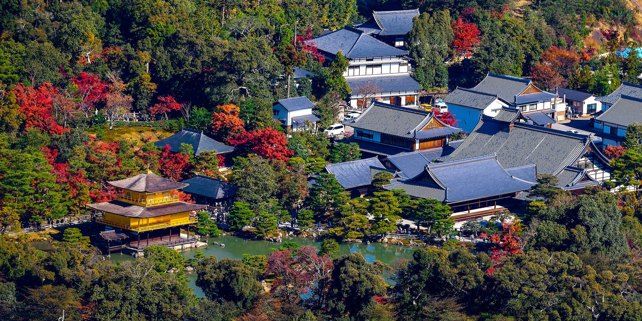ヘリコプターで京都市内上空から見た金閣寺