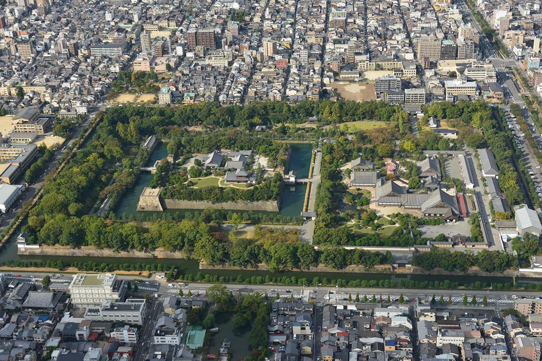 ヘリコプターで京都市内上空から見た二条城