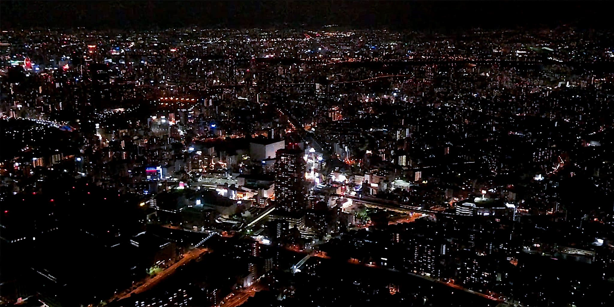 ヘリコプターで大阪上空から見る京橋の夜景