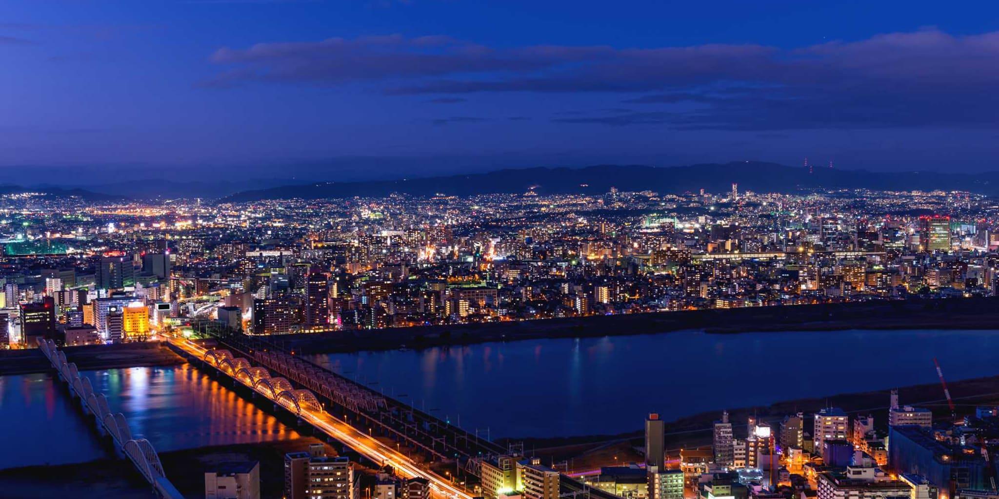 ヘリコプターで大阪上空から見る大阪市内の景色