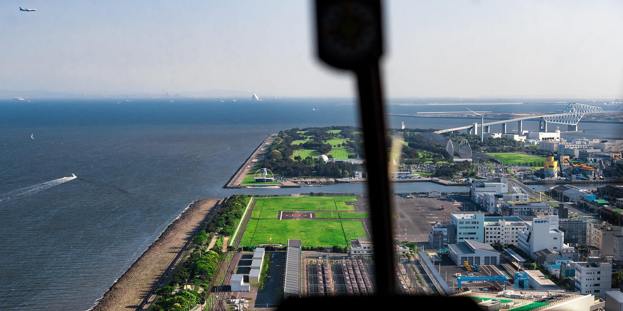 ヘリコプターで東京上空から見下ろす東京ヘリポート