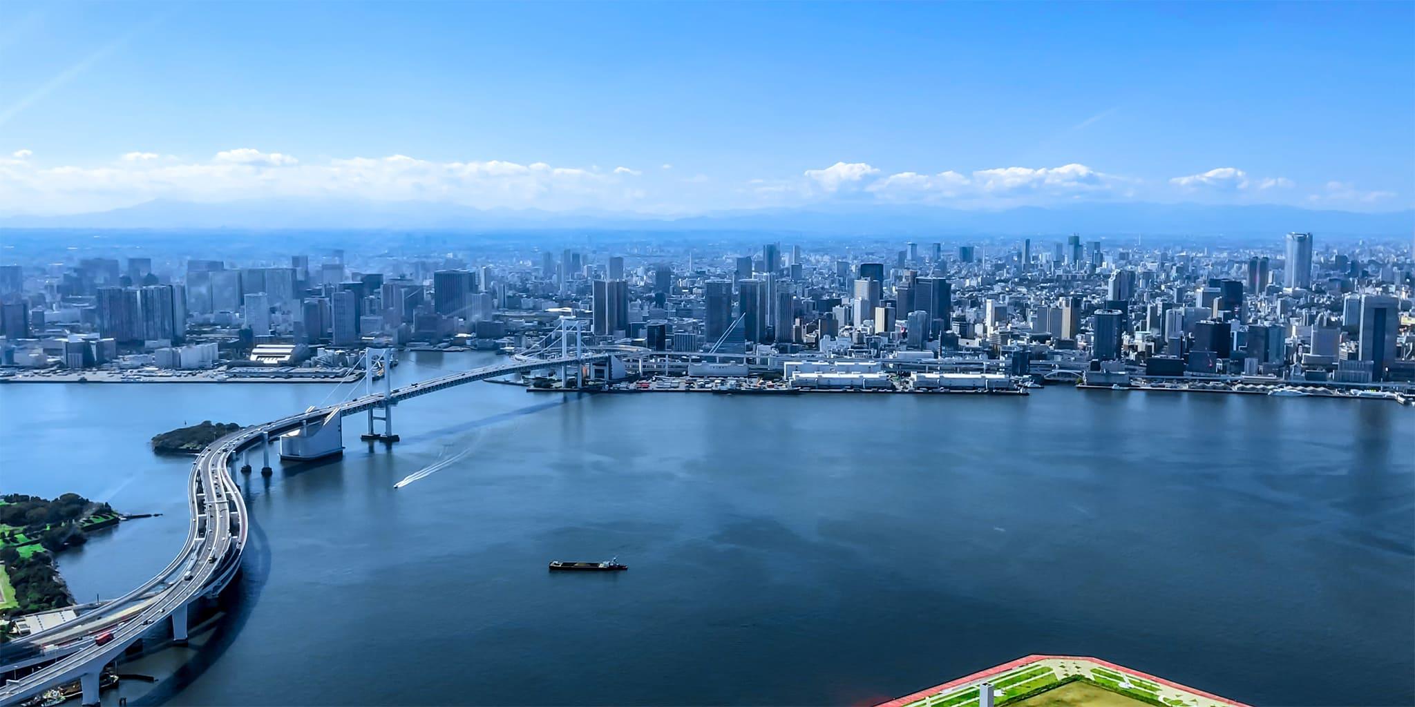 ヘリコプターで東京上空をフライトして見える東京レインボーブリッジ