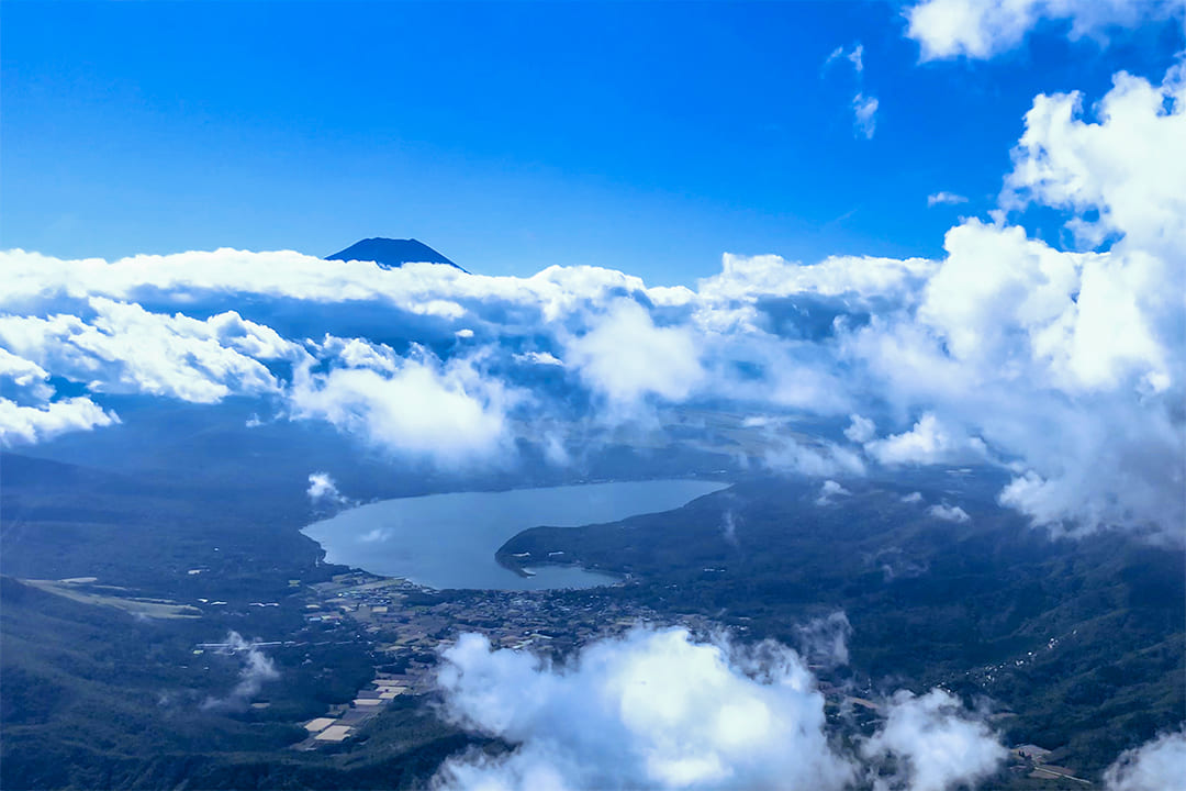 ヘリコプターで富士山中湖上空から見た富士山