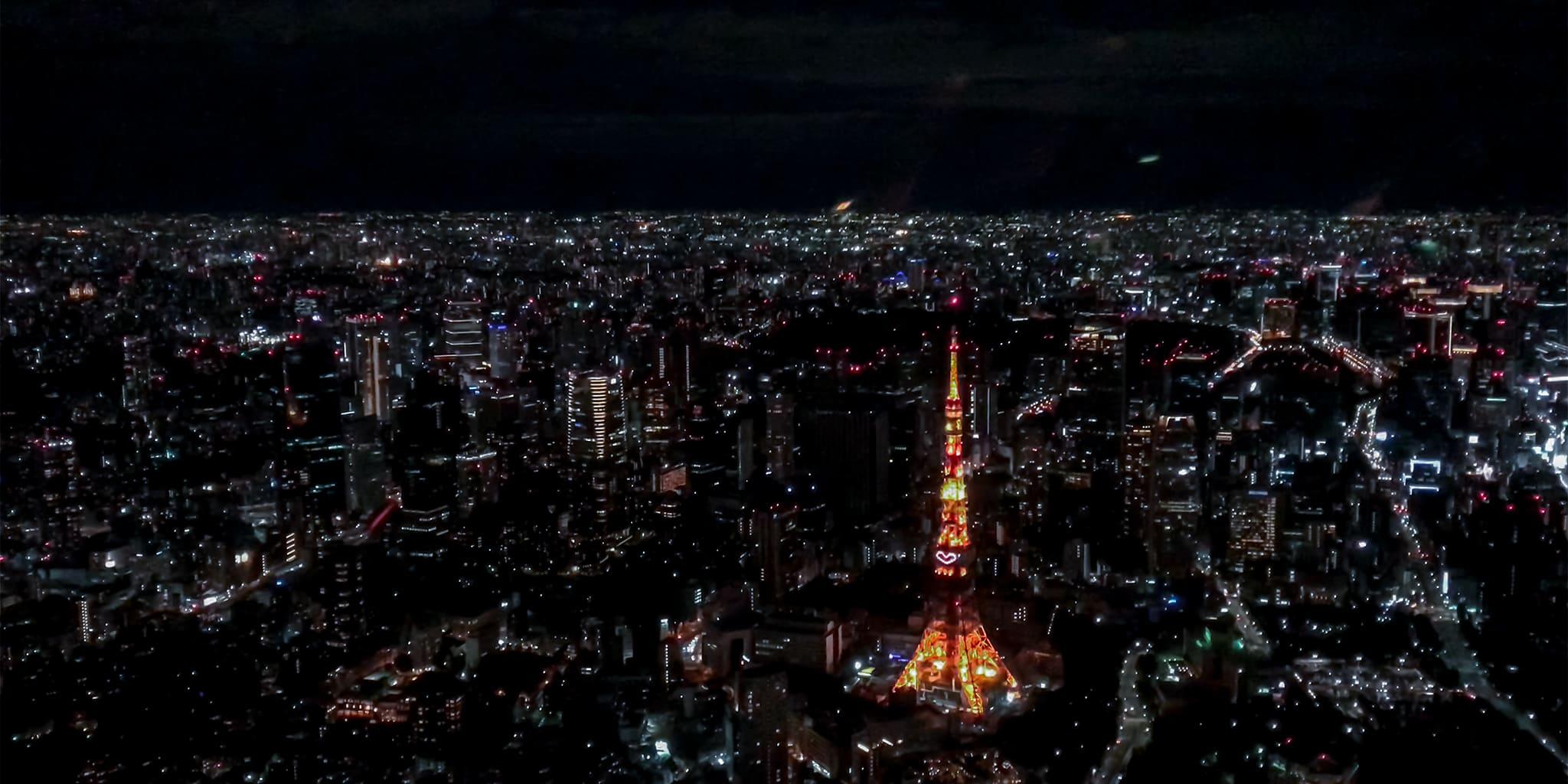 ヘリコプターで東京上空をフライトして見える東京タワー