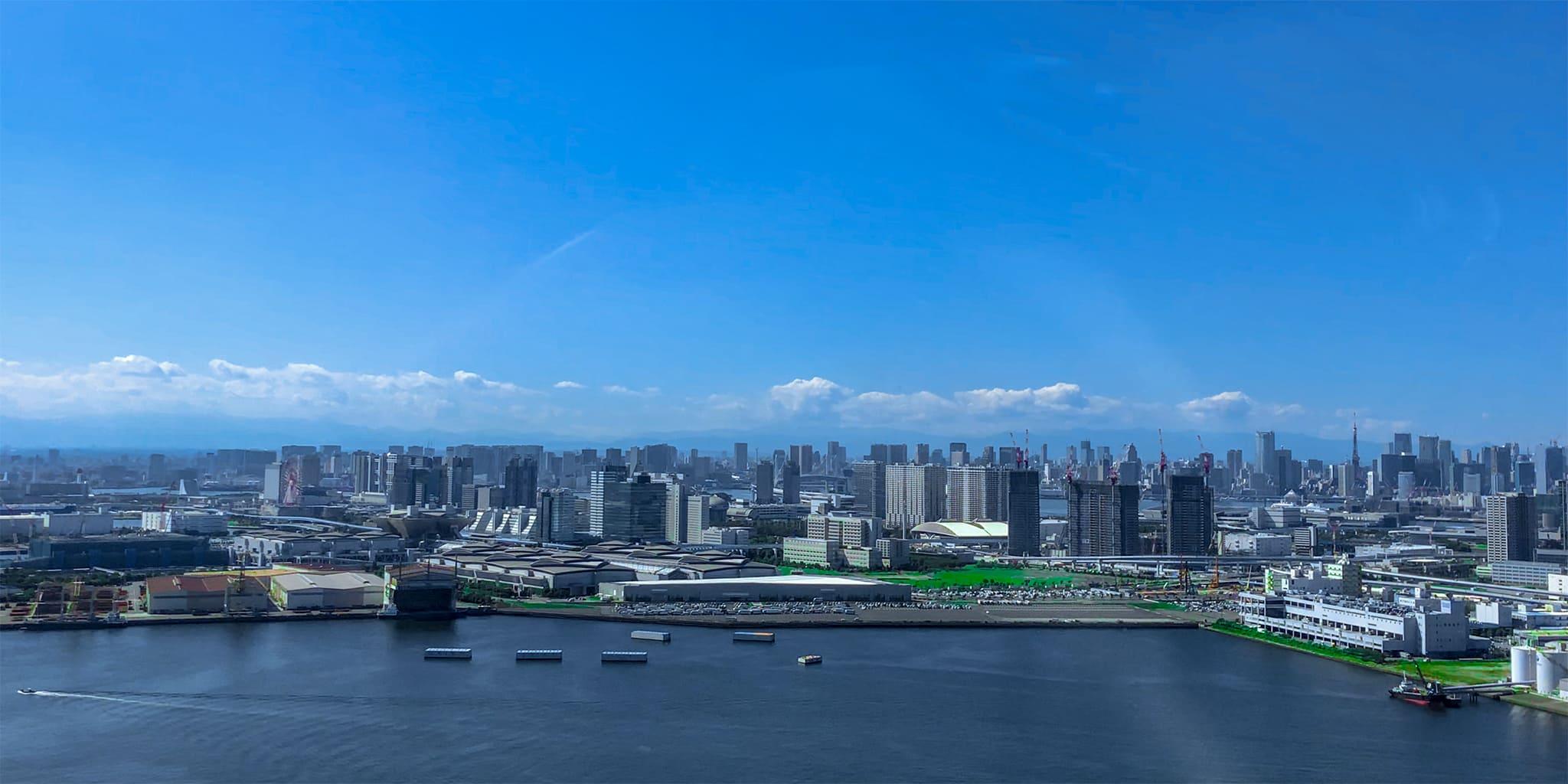 ヘリコプターで東京上空をフライトして見える有明周辺の東京湾