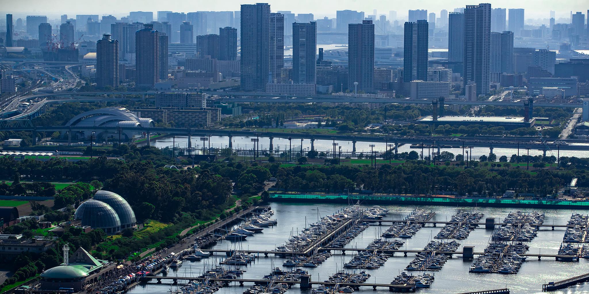 ヘリコプターで東京上空から見下ろす東京夢の島マリーナ