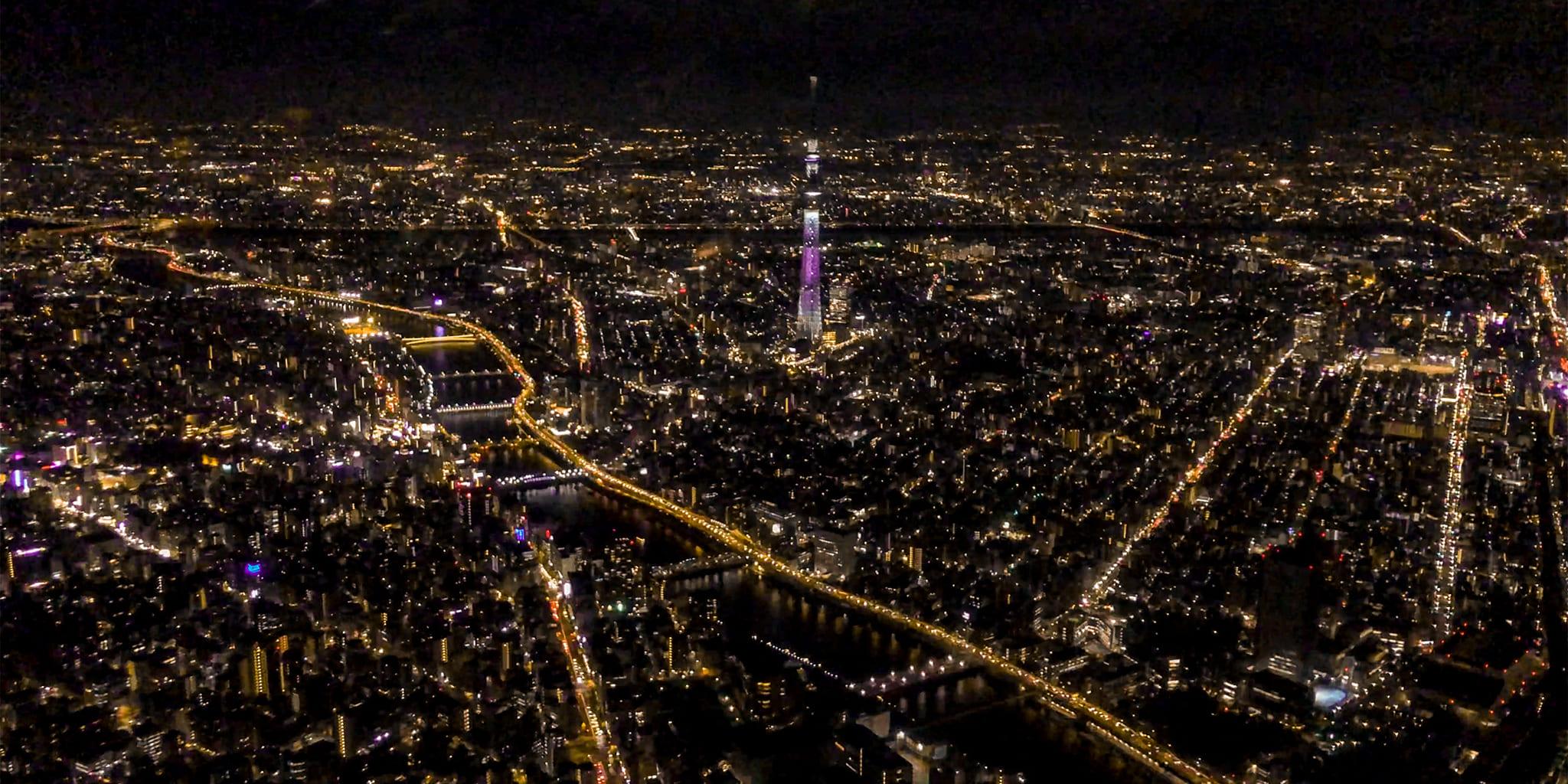 ヘリコプターで東京上空をフライトして見えるスカイツリー