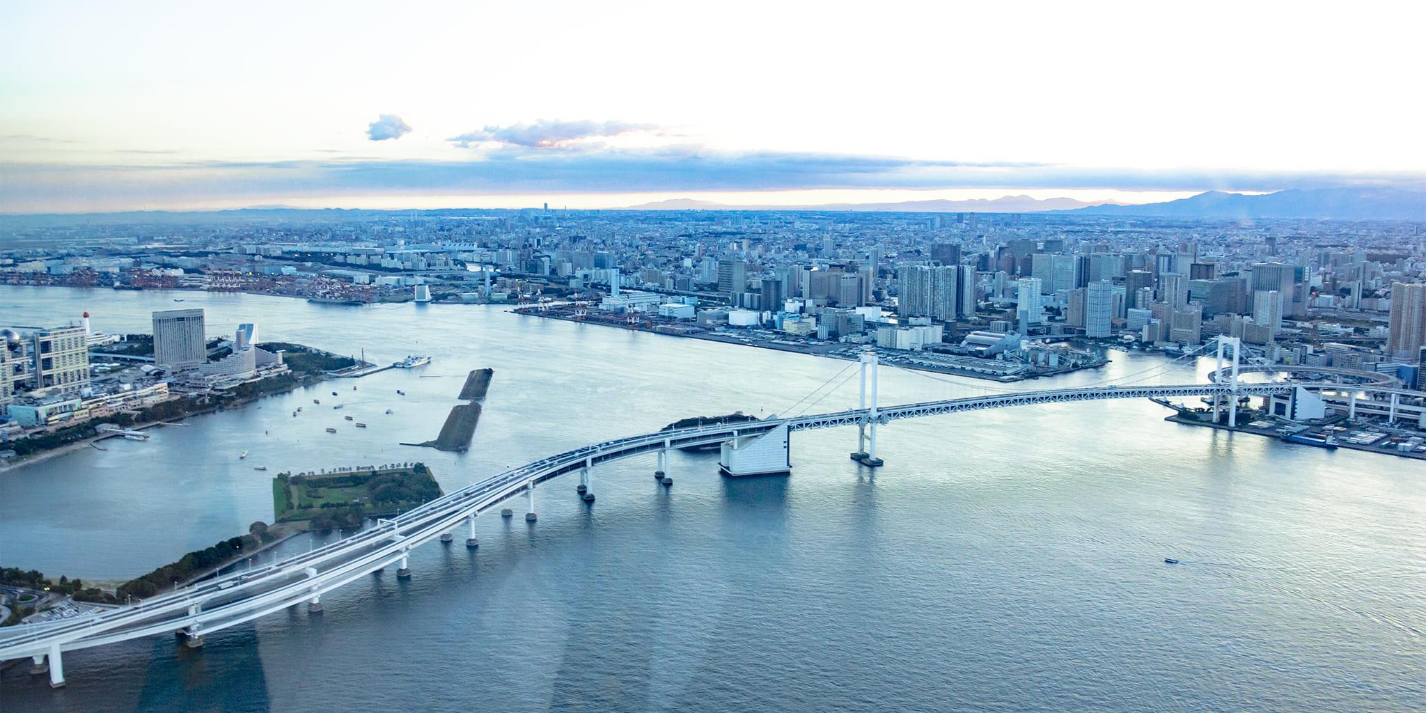 ヘリコプターで東京上空をフライトして見えるレインボーブリッジ