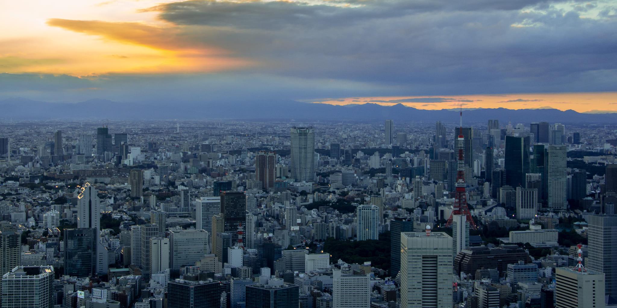 ヘリコプターで東京上空から見る夕焼けの六本木
