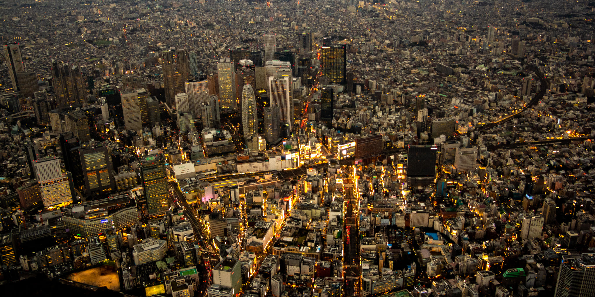 ヘリコプターで東京上空から見る夕焼けの新宿