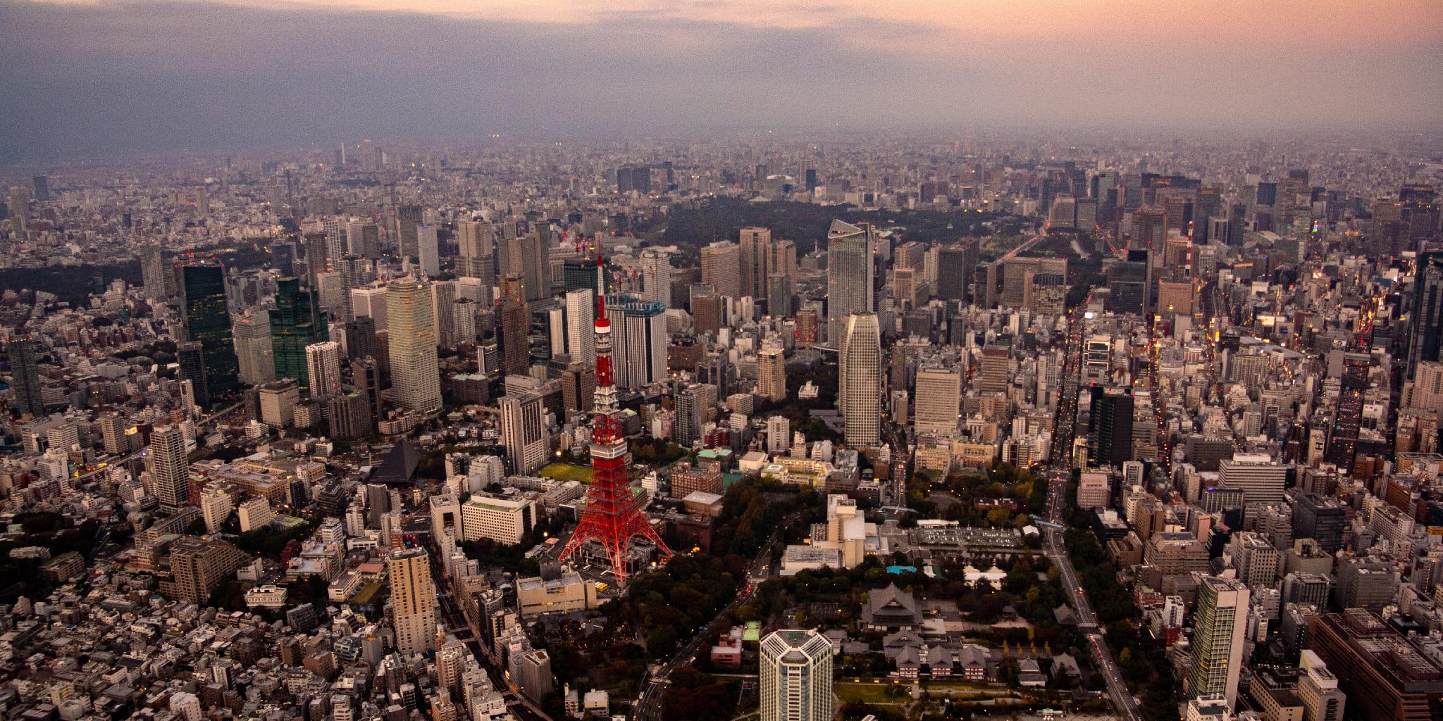 ヘリコプターで東京上空から見る夕焼けの東京タワー