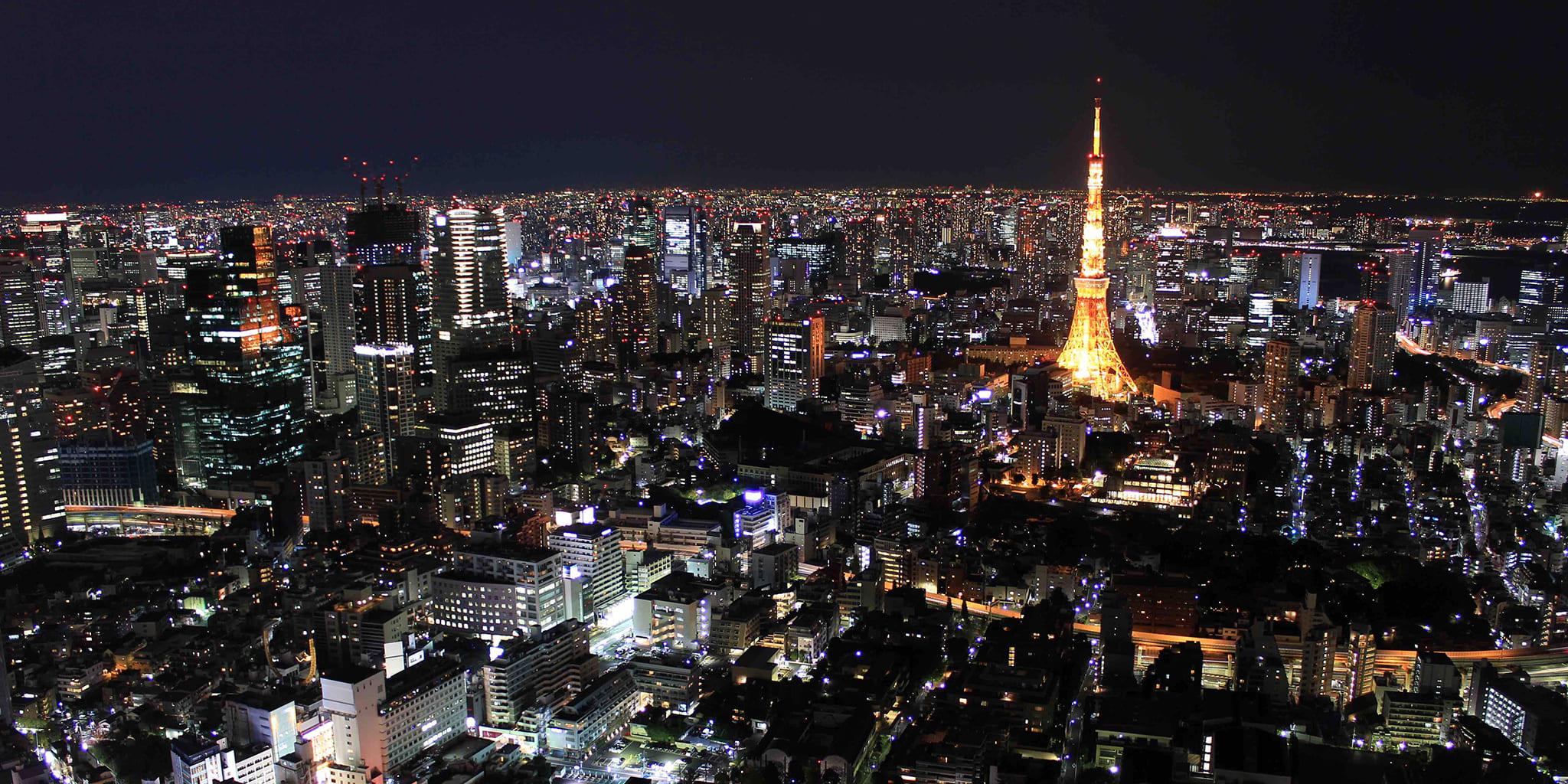 ヘリコプターで東京上空から見る東京タワーの夜景