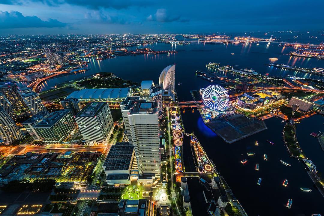 ヘリコプターで横浜市内上空から見た横浜みなとみらいの夜景
